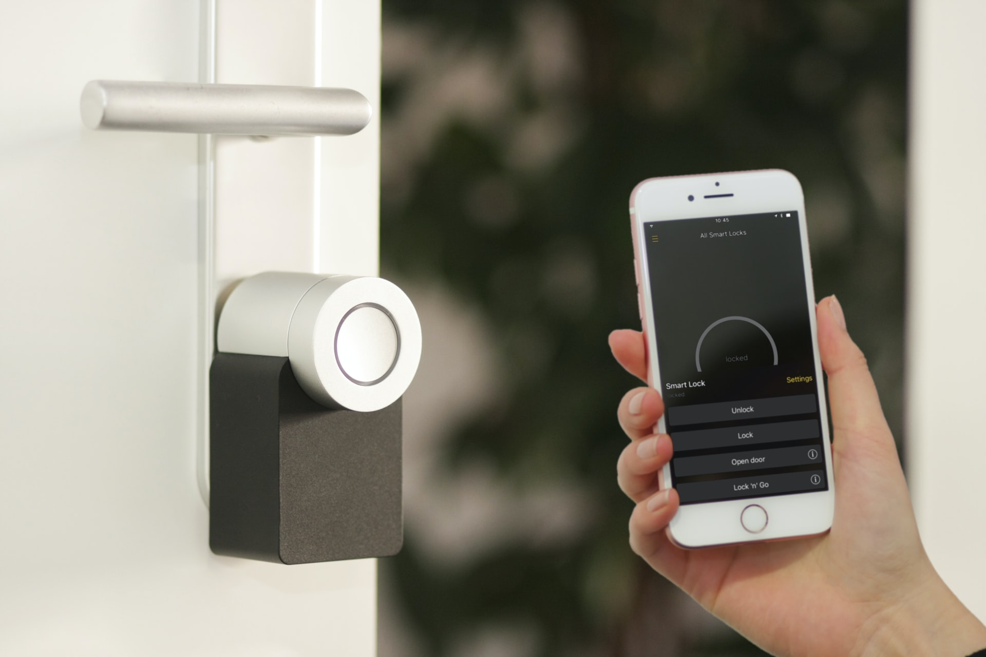 04_A smart lock checking in with smartphone
